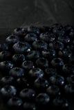 Gruppe Blaubeerder dunklen Fotomakronahaufnahme Stockfotografie
