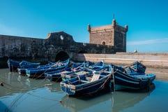 Gruppe blaue Boote in Essaouira, Marokko Stockbild
