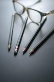 Gruppe Bleistifte auf Tafelfokus am Bleistiftradiergummi, Konzept s Lizenzfreie Stockfotos