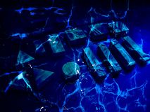 Gruppe Blockgegenstände sind tief Unterwasser Dunkelblauer mystischer magischer Marinehintergrund von unentdeckten Geheimnissen E stockfoto