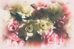 Gruppe Blumen mit weißer und rosa Farbrose im weißen Weinleseeffekthintergrund Stockfoto
