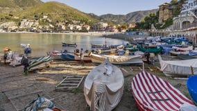 Gruppe Boote gestrandet auf Levanto-Strand, Ligurien, Italien lizenzfreie stockfotografie