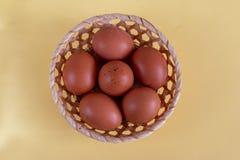 Gruppe braune Eier in einem Korb Lizenzfreies Stockfoto
