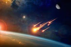 Gruppe brennende explodierende Asteroiden nähert sich zu Planet Erde Lizenzfreie Stockfotografie