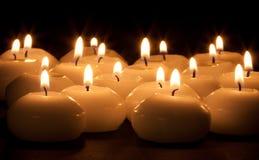 Gruppe brennende Kerzen Stockfoto