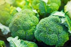 Gruppe Brokkoli geht auf Behältern im Supermarkt, Gesundheitswesen, sterben voran Lizenzfreie Stockfotos