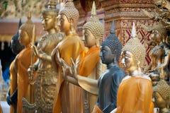 Gruppe Buddha-Statue im Freien bei Wat Phra That Doi Suthep in Chiangmai, Thailand Stockfoto