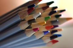 Gruppe bunte Bleistifte Zeichnungs- und Malereikonzept Getrennte Zeichenstifte Zeichnen Nahaufnahme an Stockbilder