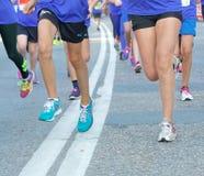 Gruppe bunte laufende Füße und Beine Stockfotografie