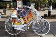 Gruppe bunte Retro- angeredete Fahrräder stockfotos