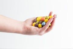 Gruppe bunte Süßigkeitseier in der Hand Lizenzfreies Stockfoto