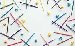 Gruppe bunter Bleistift und Papier zerknittert mit Kopienraum stockbild