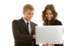 Gruppe businesspersons, die mit Laptop arbeiten Lizenzfreie Stockfotos