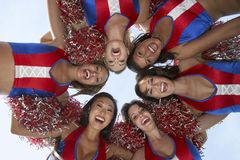 Gruppe Cheerleadern, die ein Wirrwarr bilden Lizenzfreies Stockbild