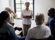 Gruppe Christentumsleute, die zusammen Bibel lesen stockfoto