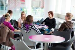 Gruppe College/Hochschulstudenten während einer Bremse lizenzfreie stockfotografie