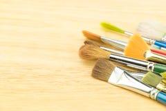 Gruppe der Aquarellbürste auf hölzerner Tabelle, Kopienraum für das Addieren Ihres Inhalts Stockbilder