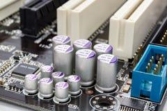 Gruppe der Elektrolytkondensatornahaufnahme auf Motherboard Stockfoto