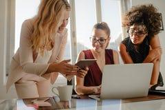 Gruppe der Geschäftsfrau arbeitend über einem neuen Projekt stockbild