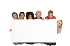 Gruppe der glücklichen Kursteilnehmer und des Lektors Stockbilder