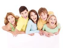 Gruppe der glücklichen Leuteholdingfahne. Lizenzfreie Stockfotos