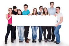 Gruppe der glücklichen Leuteholdingfahne,   Lizenzfreies Stockfoto