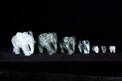 Gruppe der Jadeskulptur des Elefanten lokalisiert auf schwarzem Hintergrund Lizenzfreies Stockfoto