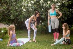 Gruppe der jungen Frau entspannend nach Training im Freien im Park stockbilder
