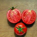 Gruppe der natürlichen saftigen Tomate mit Tropfen des Taus Lizenzfreie Stockbilder