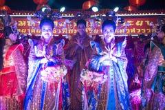 Gruppe der nicht identifizierten hübschen Frau ist feenhafte Ausführung und Tanz während der Parade des Chinesischen Neujahrsfest lizenzfreie stockfotografie