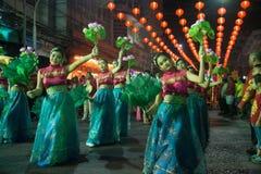 Gruppe der nicht identifizierten hübschen Frau ist feenhafte Ausführung und Tanz während der Parade des Chinesischen Neujahrsfest lizenzfreies stockbild