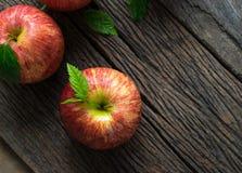 Gruppe der roten Apfelansicht von oben genanntem auf hölzerner Tabelle, rote Apfelrückseite Stockfoto