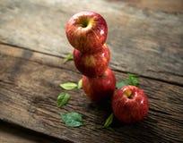 Gruppe der roten Apfelansicht von oben genanntem auf hölzerner Tabelle, rote Apfelrückseite Lizenzfreie Stockbilder