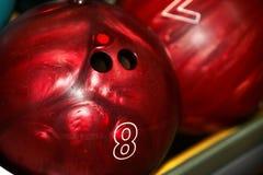 Gruppe der roten Bowlingspielkugel. stockbilder
