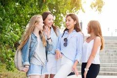 Gruppe der Schönheit sprechend und in der Straße während des Sommerwegs lachend Glück, Freundschaft, Rest, Gefühle, Lebensstil c lizenzfreies stockfoto