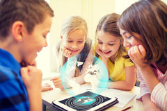 Gruppe der Schule scherzt mit Tabletten-PC im Klassenzimmer Lizenzfreies Stockfoto