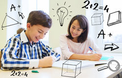 Gruppe der Schule scherzt Schreibenstest im Klassenzimmer Lizenzfreies Stockfoto