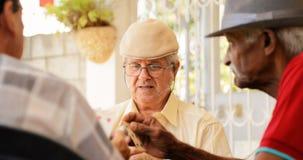 Gruppe des ältere Mann-Spielkarte-Spiels Stockfotos