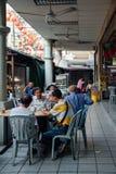 Gruppe des älteren chinesischen Mannes, der in traditionellem Ko frühstückt stockfotografie