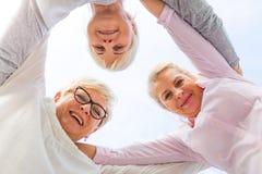 Gruppe des älteren Frauenlächelns lizenzfreies stockbild