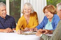 Gruppe des älteren Leutespielens Stockfotos