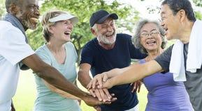 Gruppe des älteren Ruhestandes Zusammengehörigkeits-Konzept ausübend stockfoto