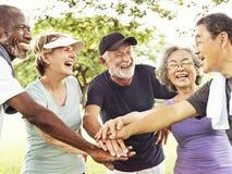 Gruppe des älteren Ruhestandes Zusammengehörigkeits-Konzept ausübend stockfotografie