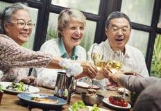 Gruppe des älteren Ruhestands-Treffens herauf Glück-Konzept Stockfoto
