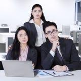 Gruppe des überzeugten multikulturellen Geschäftsteams Lizenzfreies Stockfoto