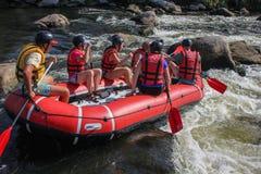 Gruppe des Abenteurers das Wasser genießend, das Tätigkeit in südlichem Wanzenfluß flößt lizenzfreie stockbilder
