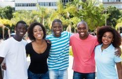 Gruppe des Afroamerikanermannes und -frau, die in die Stadt gehen lizenzfreies stockbild