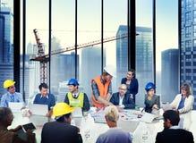 Gruppe des Architekten und des Ingenieurs Discussion stockfotos