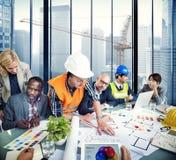 Gruppe des Architekten und des Ingenieurs Discussion lizenzfreie stockbilder