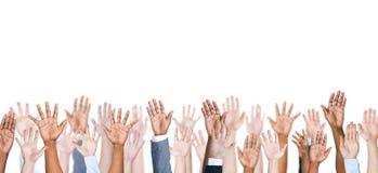 Gruppe des Armes der multiethnischen Leute ausgestreckt in einem weißen Hintergrund Lizenzfreie Stockfotos